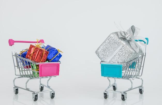 Carritos de compras con las cajas de regalo totalmente ajustadas a los carros, compras en línea de comercio electrónico.