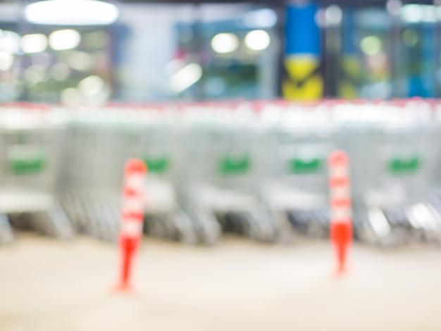 Carritos de compras en el estacionamiento del sótano de un centro comercial - carritos de compras en un estacionamiento. imagen borrosa