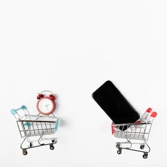 Carritos de compras con teléfono y despertador.
