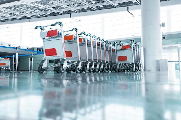 Carritos de equipaje en el aeropuerto moderno