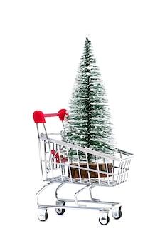 Un carro con un árbol de navidad en un fondo aislado