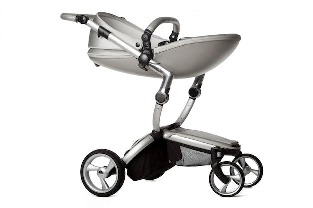 Carro de bebé aislado en un blanco