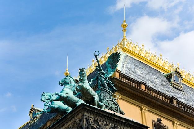 Carro de bronce de tres caballos en la parte superior del teatro nacional de praga, reabierto en 1883, república checa