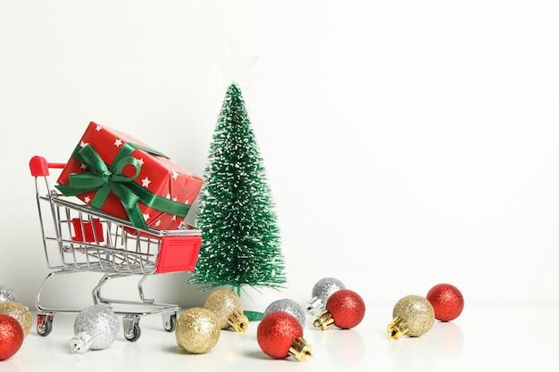 Carro de la compra con caja de navidad y accesorios en blanco