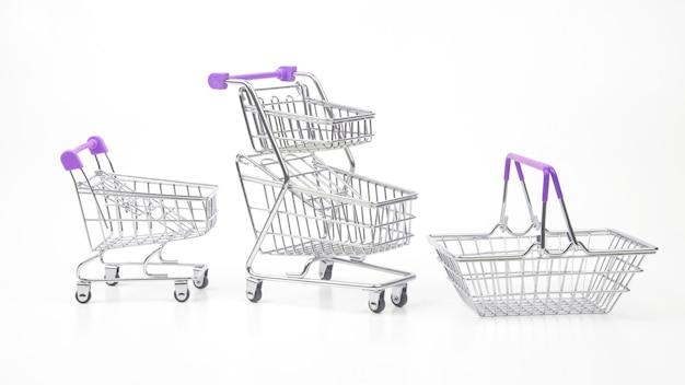 Carro de la compra de comestibles en el mercado sobre fondo blanco.
