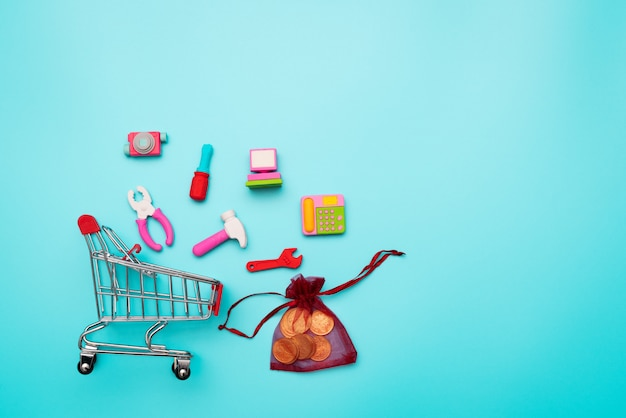 Carro de la compra y dinero de bolsillo con electrónica pequeña, china 11.11 venta de un solo día
