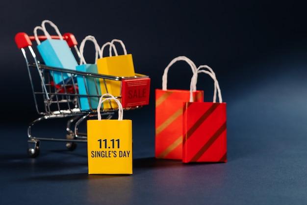 Carro de compras y bolsa de compras, venta de fin de año, 11.11 concepto de venta de día de solteros