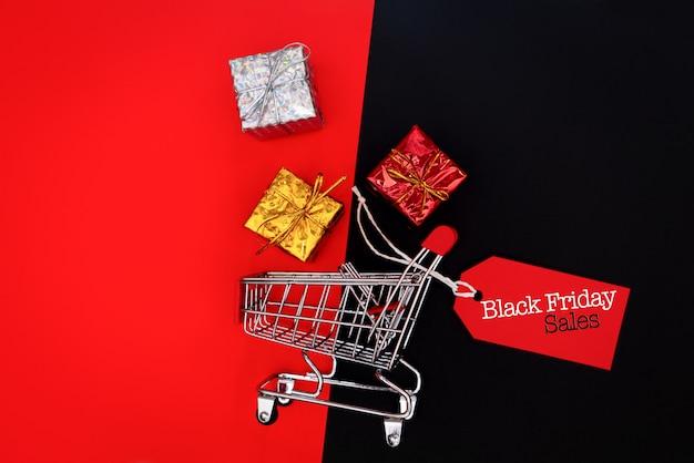 Carro de compras y caja de regalo con etiqueta de precio, concepto de venta de black friday
