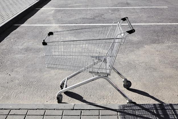 Carro de compras en el estacionamiento de una tienda
