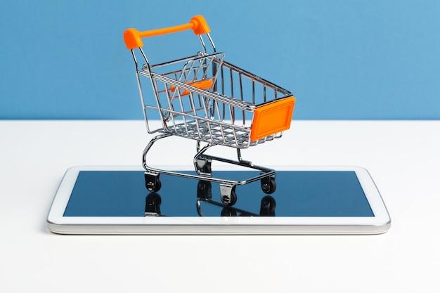 Carro de compras de juguetes de supermercado vacío en la mesa