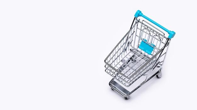 Carro de compras plateado de juguete en blanco