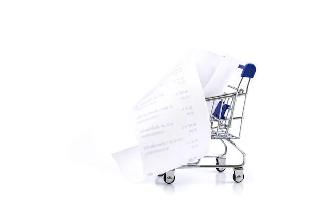 Carro de compras con recibo aislado sobre fondo blanco