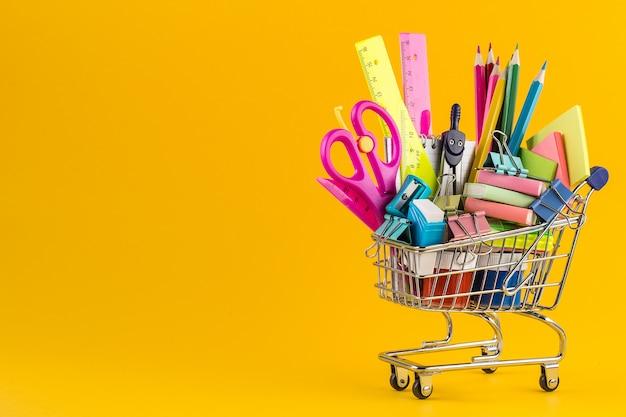 Carro de compras con útiles escolares