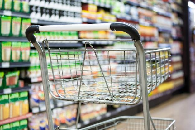 Carro de compras vacío en la sección de comestibles