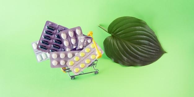 Carro de juguete con varias píldoras y cápsulas el concepto de venta de entrega de medicamentos de farmacia de medicina