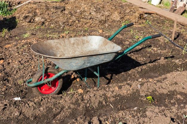 Carro para llevar carga en el jardín.