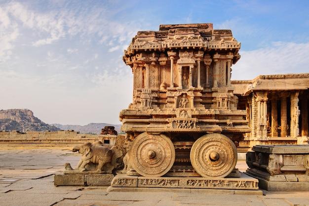 Carro de piedra en el templo de hampi vittala al atardecer