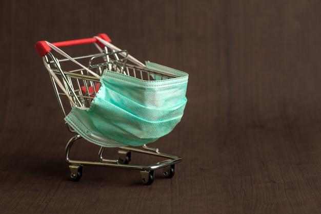 Carro de supermercado para comprar con máscara