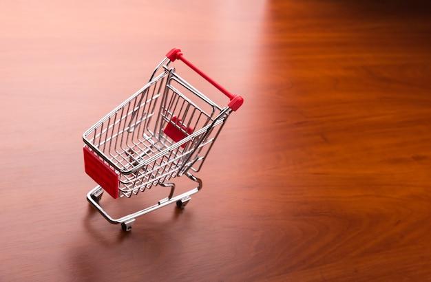 Carro de supermercado en el suelo
