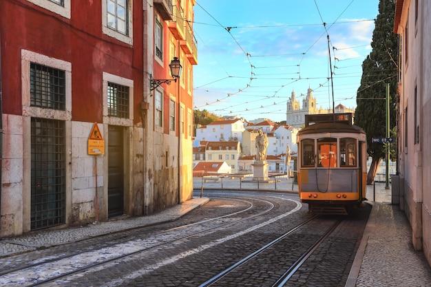 Un carro tradicional viejo de la tranvía en el centro de ciudad de lisboa, portugal.