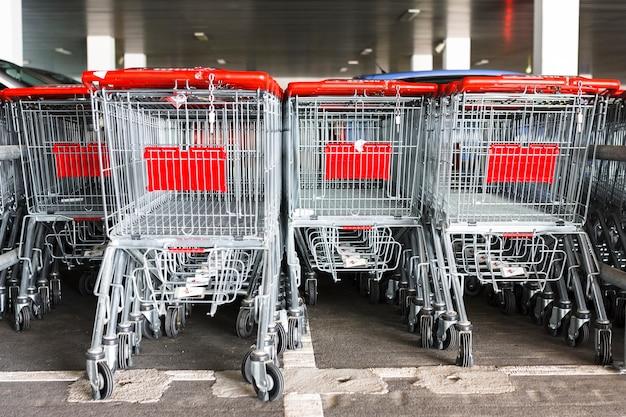 Carros de la compra fuera del supermercado