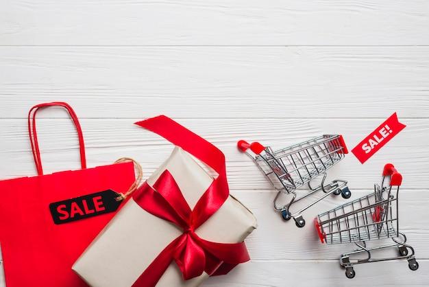 Carros de la compra, paquete, regalo con lazo.