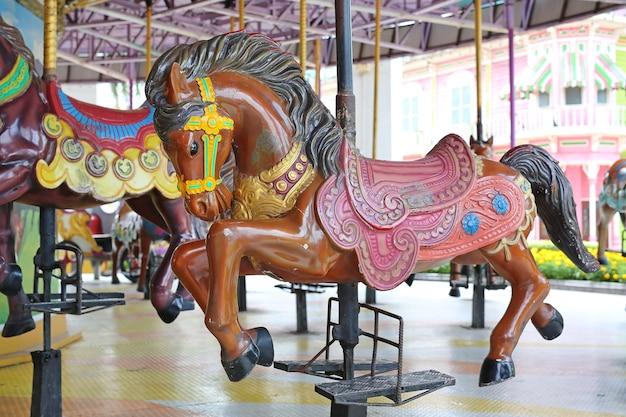 Carrusel. caballos en un carnaval merry go round.