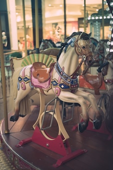 Carrusel de caballos en un carrusel de carnaval