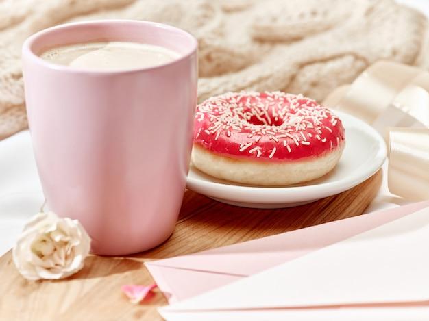 Carta de amor en la mesa con desayuno