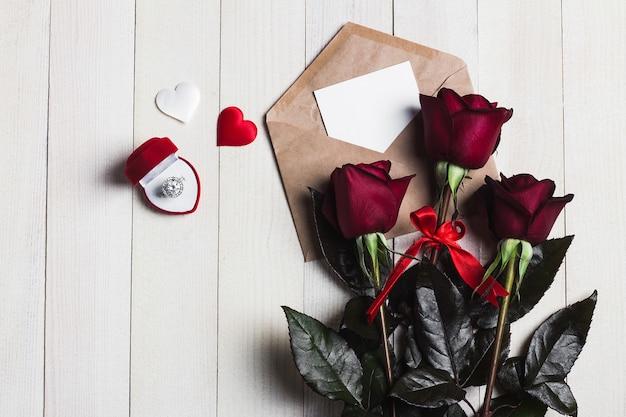 Carta de amor del sobre del día de san valentín con el anillo de compromiso de tarjeta de felicitación