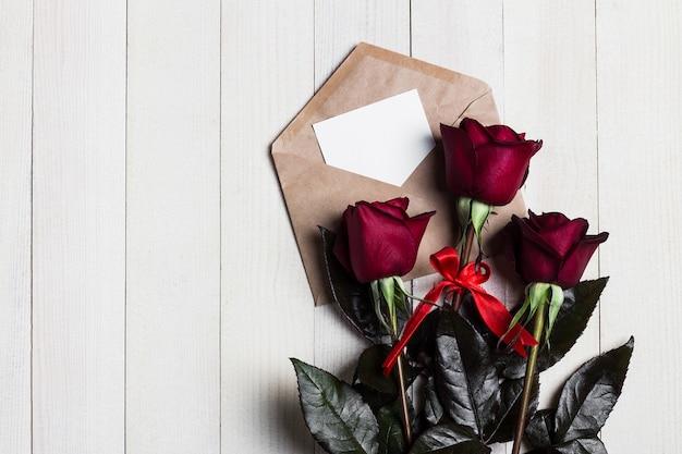 Carta de amor del sobre del día de san valentín con rosa roja del día de madres de la tarjeta de felicitación