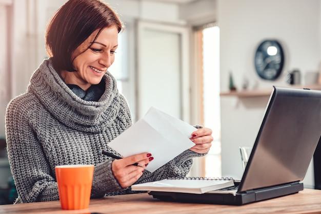 Carta de apertura de mujer en la oficina