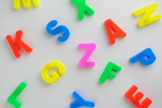Carta para aprender ortografía, carta colorida ayuda a los niños a aprender