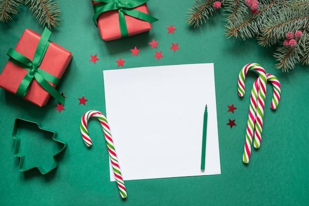 Carta en blanco vacía de navidad a santa o invitación en verde. vista superior.