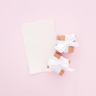 Carta de boda hecha en tono rosa con cajas de regalo