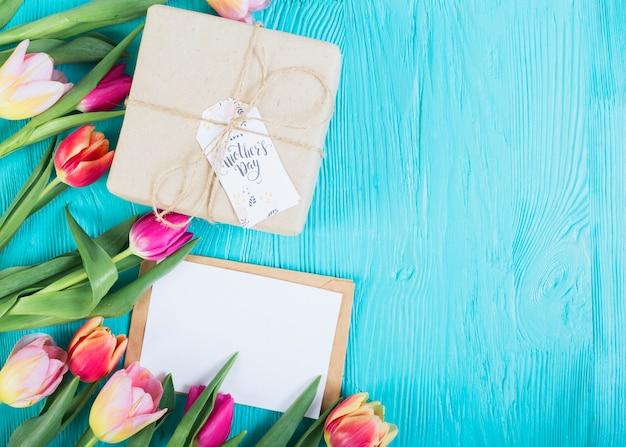 Carta y caja de regalo con tulipanes.