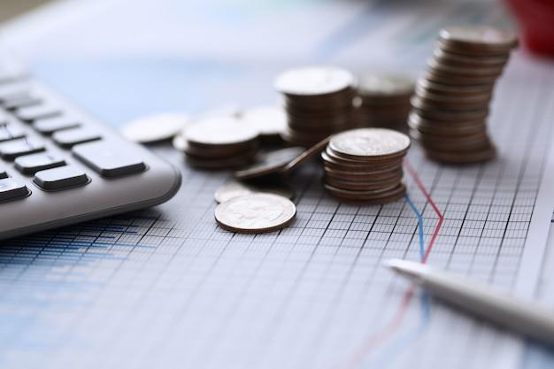 En la carta de colores están las monedas y la calculadora con bolígrafo.