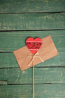 Carta de corazón en mesa de madera