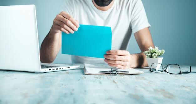 Carta de mano de trabajador y computadora en el escritorio