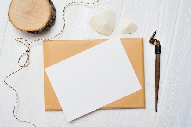 Carta de maqueta con una tarjeta de felicitación de pluma caligráfica para el día de san valentín. citas de san valentín