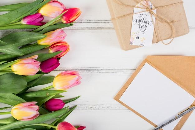 Carta con marco y caja de regalo con tulipanes.