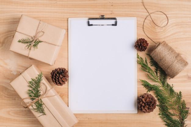 Carta de navidad y envoltura de regalos de navidad. vista superior con espacio de copia.