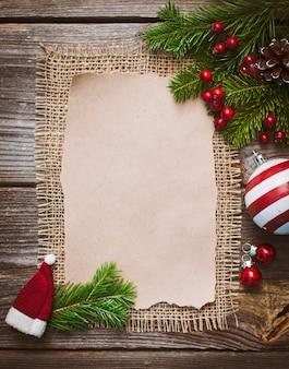 Carta de navidad, lista, felicitaciones por un fondo de madera. espacio libre, maqueta de año nuevo.
