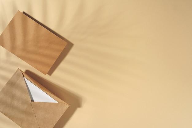 Carta de papel artesanal en vista superior de fondo beige