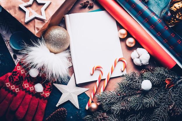 Carta a santa claus con adornos navideños y caramelo