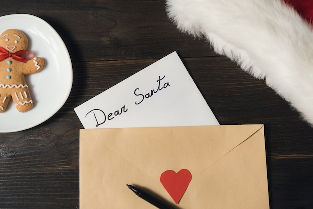 Carta para santa en un sobre, bolígrafo