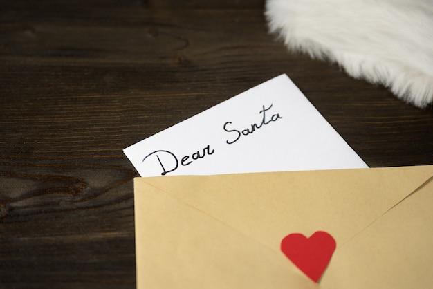 Carta a santa en un sobre ... concepto de navidad y año nuevo