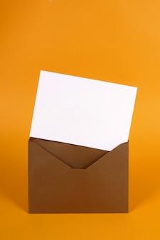 Carta en sobre marrón