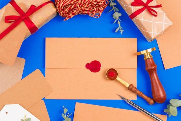 Carta vintage con sello sello rojo de cerca