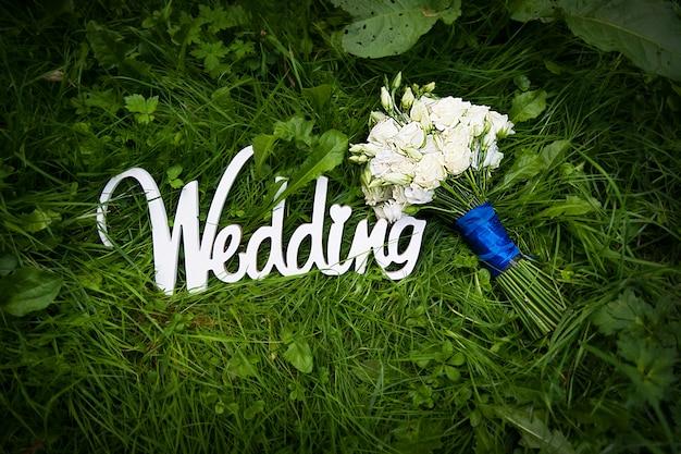 Cartas de boda con flores blancas sobre hierba